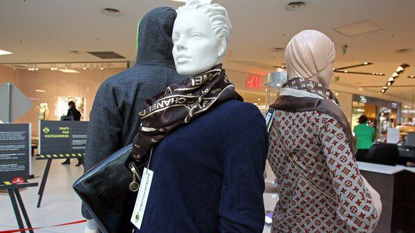 Поддельная одежда и сумка от Chanel и Louis Vuitton - Sputnik Латвия