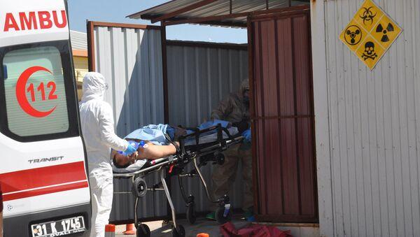 Машина скорой помощи доставляют в больницу пострадавших в приграничном городе Рейханлы в провинции Хатай - Sputnik Латвия