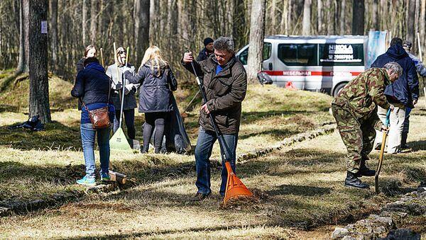Участники субботника на старом гарнизонном кладбище в Саласпилсе - Sputnik Латвия