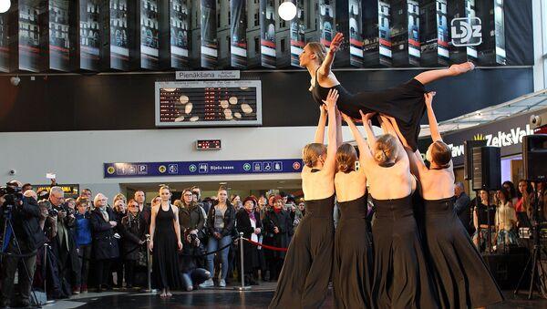 Балтийский международный фестиваль балета в Риге, открытие на центральном железнодорожном вокзале - Sputnik Латвия