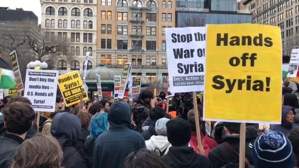Apturēt karu Sīrijā! ASV notiek protesti pret aviācijas triecienu Sīrijas bāzei - Sputnik Latvija