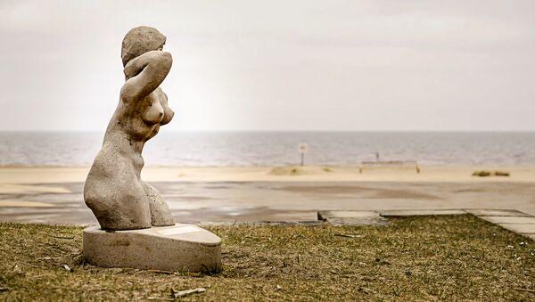 Фигура В море на пляже в Вецаки - Sputnik Латвия