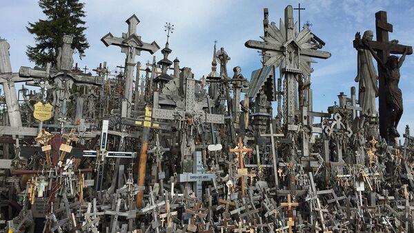 Гора крестов в Литве близ города Шяуляй. Архивное фото - Sputnik Латвия