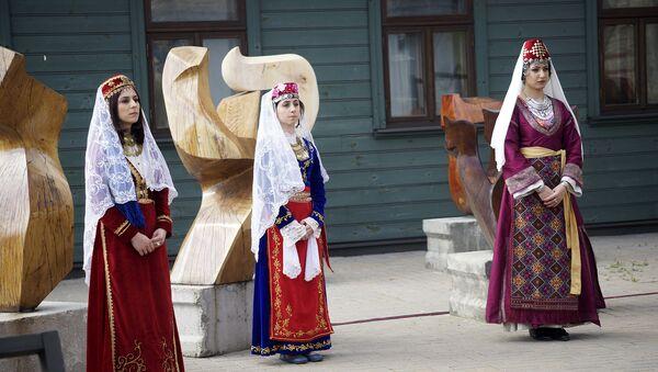 Женщины в национальных армянских костюмах - Sputnik Латвия