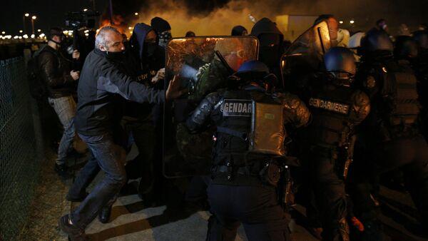 Столкновение полиции и сотрудников французской тюрьмы Флери-Мирожи, Франция - Sputnik Latvija