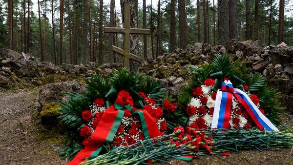 Церемония возложения цветов в Международный день освобождения узников нацистских концлагерей на старом Гарнизонном кладбище в Саласпилсе - Sputnik Латвия