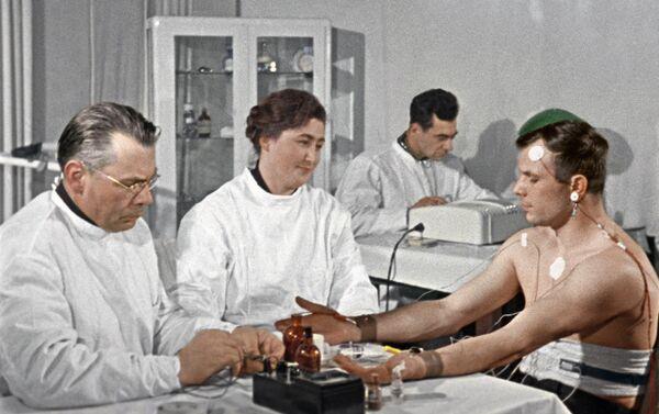Kosmonauts Jurijs Gagarins pirms lidojuma kosmosā. Kadrs no dokumentālās filmas Pirmais reiss uz zvaigznēm - Sputnik Latvija