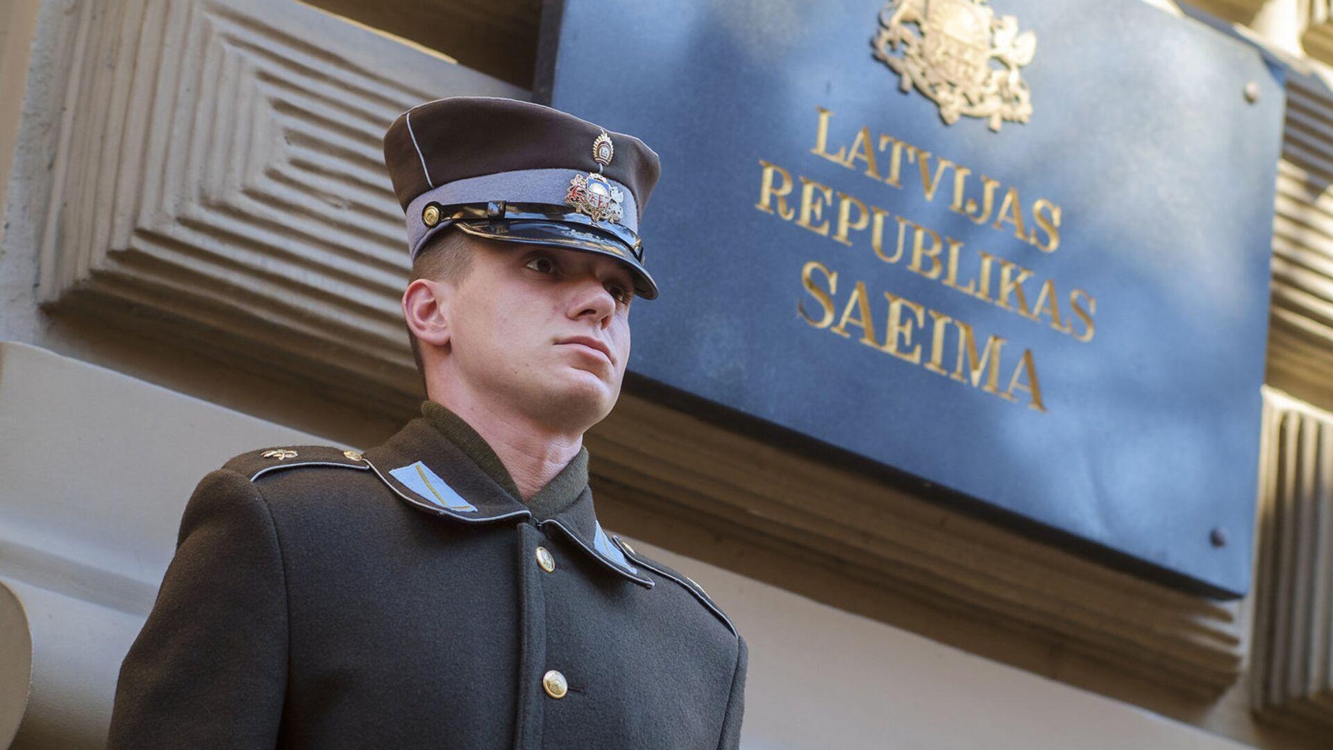 Почетный караул у здания Сейма Латвийской республики - Sputnik Латвия, 1920, 02.09.2021