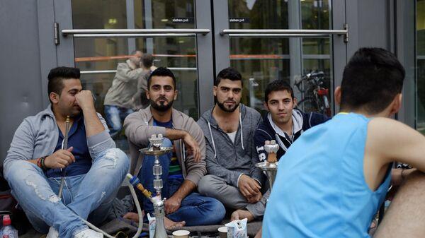 Беженцы с Ближнего Востока у выставочного центра в Гамбурге - Sputnik Латвия