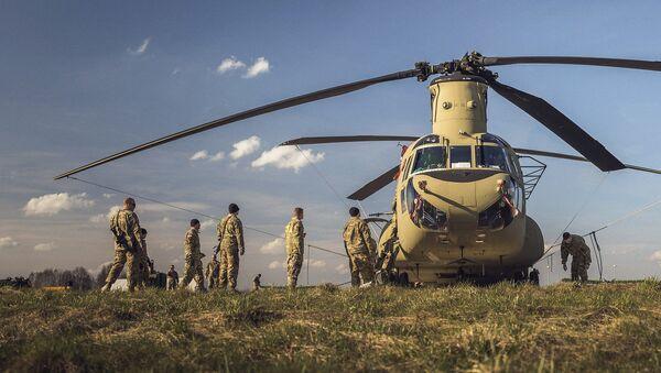 Транспортный вертолет CH-47 Chinook ВВС США на авиационной базе в Лиелварде - Sputnik Латвия