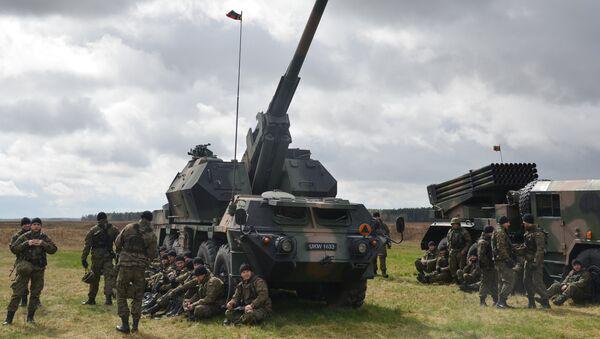Артиллерийское орудие на церемонии приветствия многонационального батальона НАТО под руководством США в польском Ожише - Sputnik Латвия