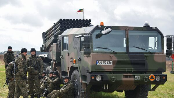 Система залпового огня на церемонии приветствия многонационального батальона НАТО под руководством США в польском Ожише - Sputnik Латвия