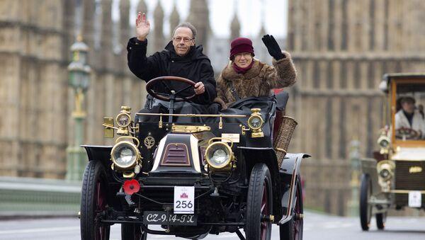 Водитель с пассажиром на ретроавтомобиле - Sputnik Латвия