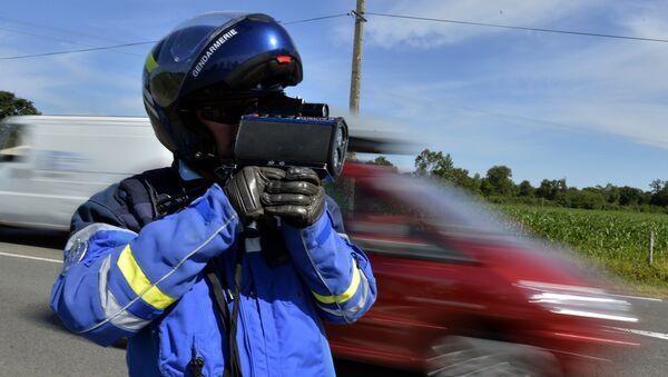 Сотрудник полиции замеряет скорость машин - Sputnik Латвия