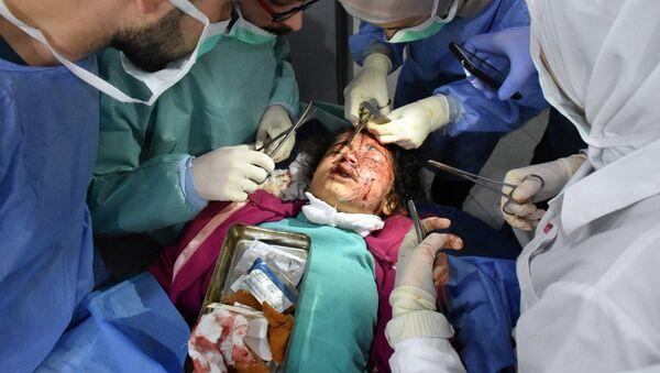 Сирийский ребенок, раненый взрывом смертника в районе Рашидин под Алеппо, 15 апреля 2017 года - Sputnik Латвия