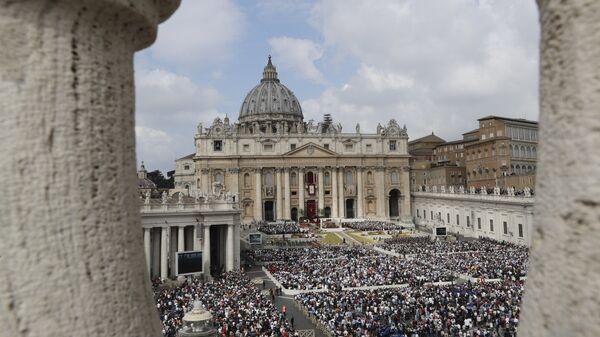 Вид на площадь Святого Петра во время пасхальной мессы папы Франциска в Ватикане, в воскресенье, 16 апреля 2017 - Sputnik Latvija