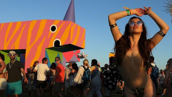 Девушка танцует на Фестивале музыки и искусств в долине Коачелла - Sputnik Латвия