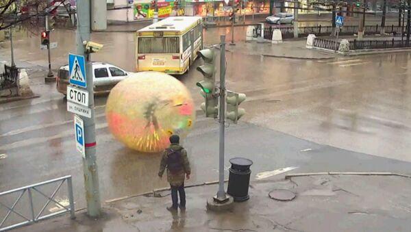 Житель Перми прокатился в зорбе по автотрассе - Sputnik Латвия
