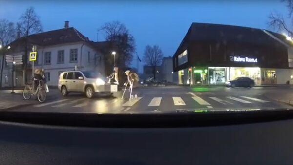 Помог, блин! - Эстонец хотел перевести бабушку через дорогу, но забыл про ручник - Sputnik Latvija