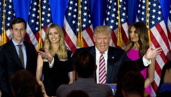 Дональд Трамп с супругой Меланией, дочкой Иванкой и зятем Джаредом Кушнером - Sputnik Латвия