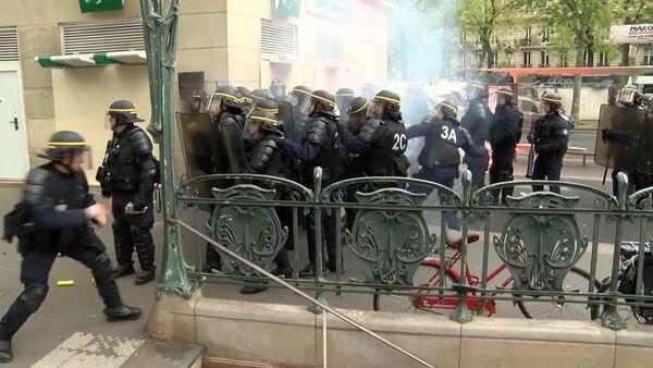Vēlēšanu priekšvakarā Parīzē notika masu protesti - Sputnik Latvija