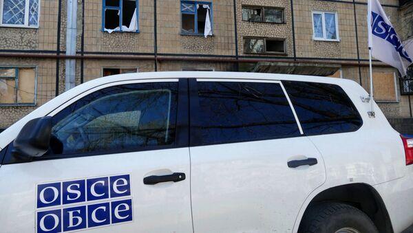 Автомобиль представителей ОБСЕ у жилого дома в Донецке - Sputnik Latvija