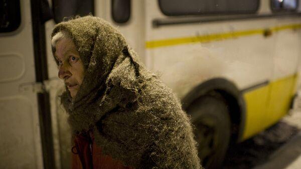 Одинокая женщина у автобуса - Sputnik Latvija