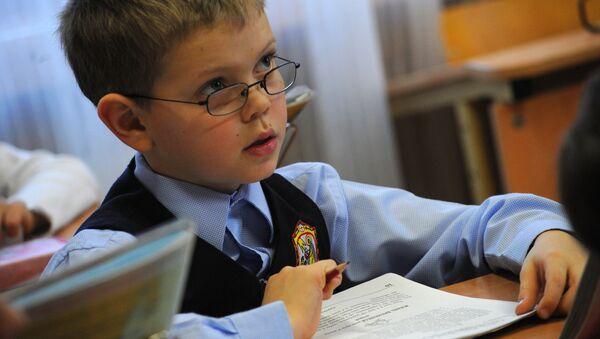 Ученик на уроке чтения - Sputnik Латвия