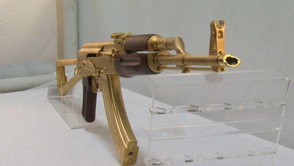 В одном из оружейных магазинов Техаса показали золотой автомат Калашникова - Sputnik Латвия