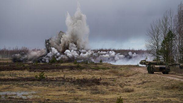 Разминирование прохода в минном поле с помощью подрыва специального боеприпаса - Sputnik Латвия