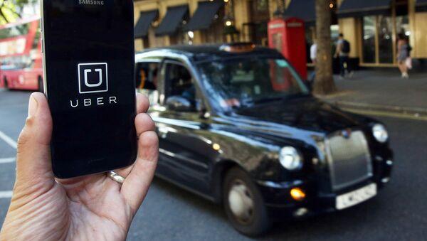 Логотип приложения Uber на телефоне - Sputnik Латвия