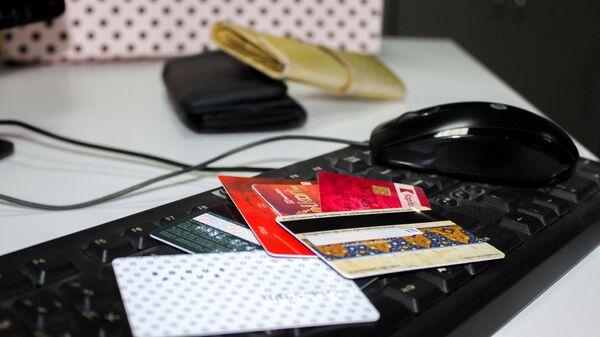 Кредитные карты на компьютерной клавиатуре - Sputnik Латвия