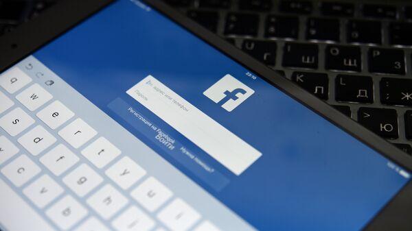 Социальная сеть Facebook на экране планешета - Sputnik Латвия