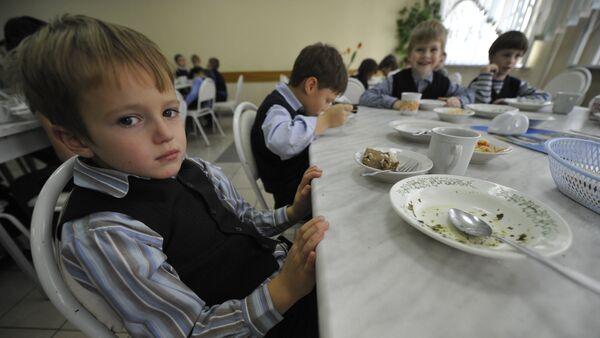 Дети обедают в школьной столовой - Sputnik Латвия