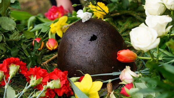 Пробитая пулей каска времён Второй мировой войны на могиле советских воинов - Sputnik Латвия