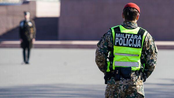 Солдат Военной полиции Латвии следит за порядком - Sputnik Латвия