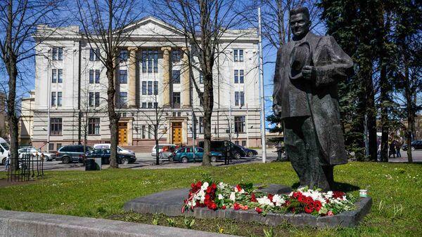 Памятник Карлису Ульманису на фоне Министерства иностранных дел Латвии - Sputnik Латвия