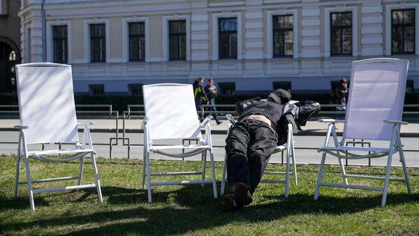 Утомленный праздником рижанин отдыхает на аллее у Кабинета Министров - Sputnik Латвия