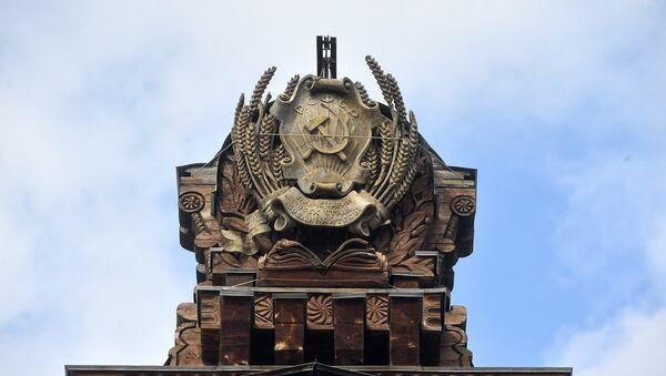 Герб РСФСР на крыше павильона №67 Карелия (Советская печать) - Sputnik Латвия
