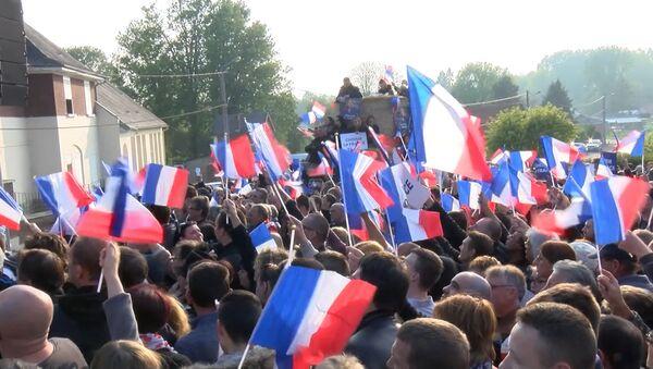 Последние перед вторым туром выборов митинги Макрона и Ле Пен прошли во Франции - Sputnik Латвия