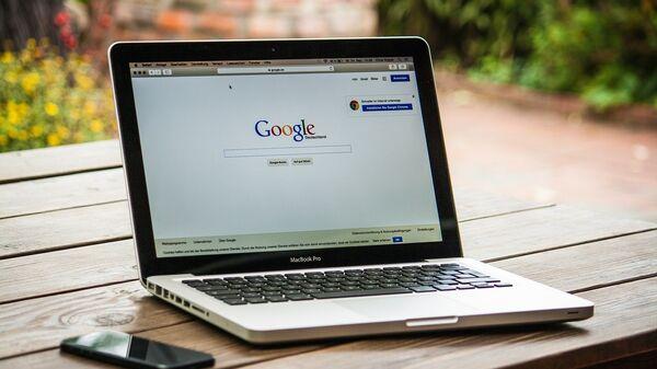 Ноутбук на столе с интернет-страницей Google - Sputnik Latvija