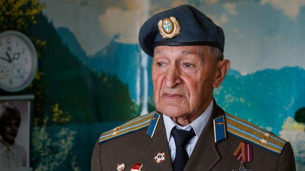 Ветеран, подполковник Виктор Николаевич Кошелев  имеет 39 боевых вылетов, 3 ордена и 21 медаль - Sputnik Латвия