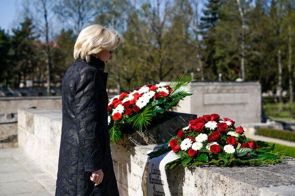 Спикер Латвийского Сейма Инара Мурниеце почтила память погибших - Sputnik Латвия