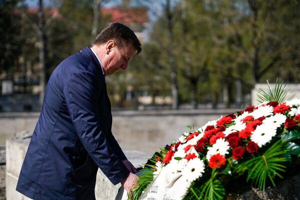 Премьер-министр Латвии Марис Кучинскис возложил венок - Sputnik Латвия