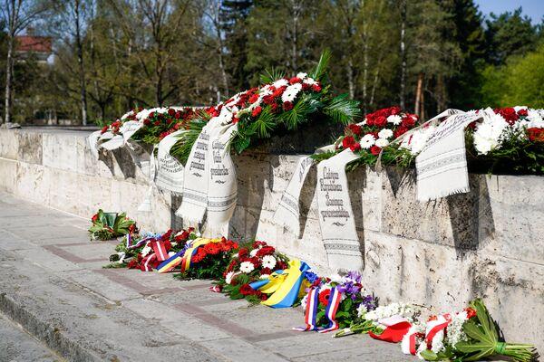 Венки на Братском кладбище - Sputnik Латвия