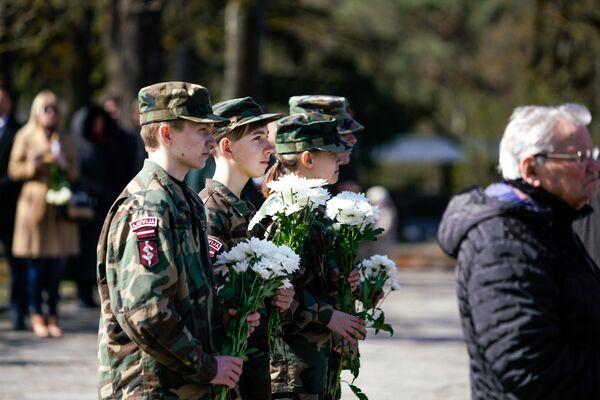 Молодежь Латвии возлагает цветы - Sputnik Латвия