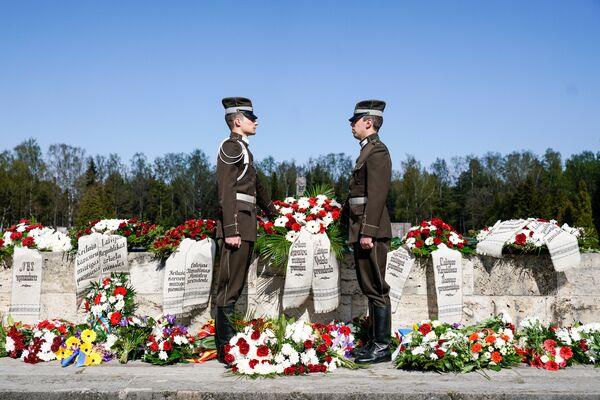 Церемония возложения венков на Братском кладбище в память о погибших воинах - Sputnik Латвия