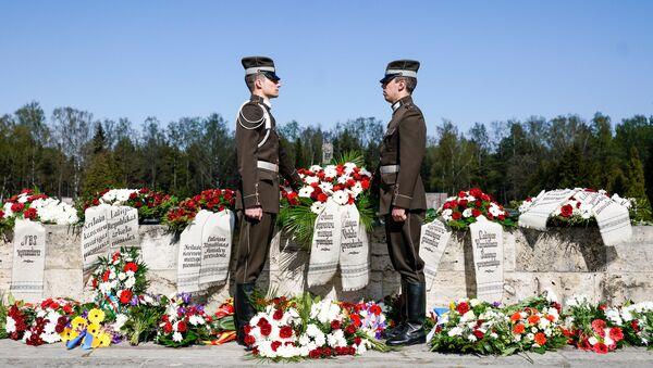 Rīgas Brāļu kapos tika nolikti vainagi kara upuru piemiņai - Sputnik Latvija