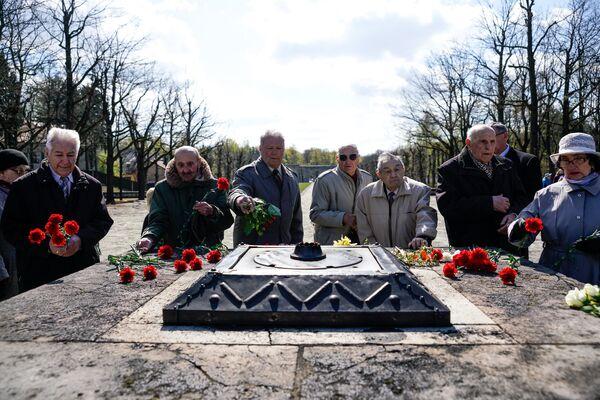 Цветы к Вечному огню на Братском кладбище возложили ветераны 130-го латышского стрелкового корпуса - Sputnik Латвия
