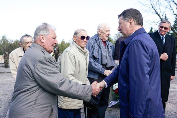 Президент Латвии Раймондс Вейонис поддержал ветеранов 130-го латышского стрелкового корпуса - Sputnik Латвия